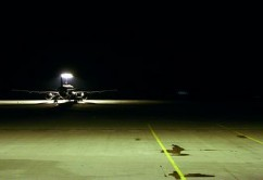 65075-stock-photo-avion-noche-asfalto-aeropuerto-pistas-de-aterrizaje