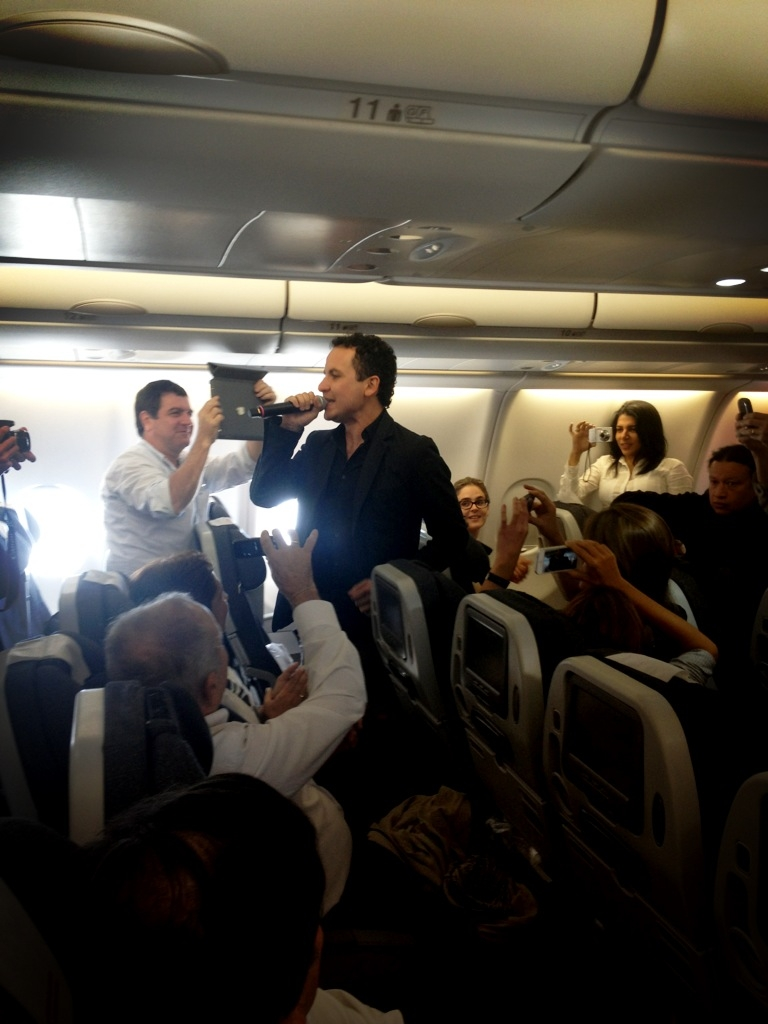 Fonseca ofrece concierto acústico en pleno vuelo de Avianca