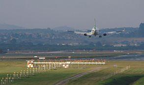 El avión de AeroLap aterrizó y espera luz verde de Dinac