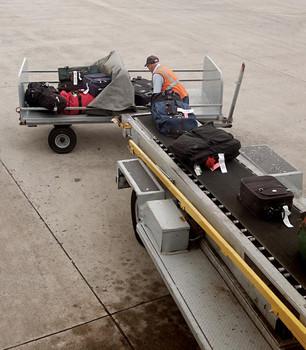 Carla Morrison es objeto de burlas en la red por su maleta