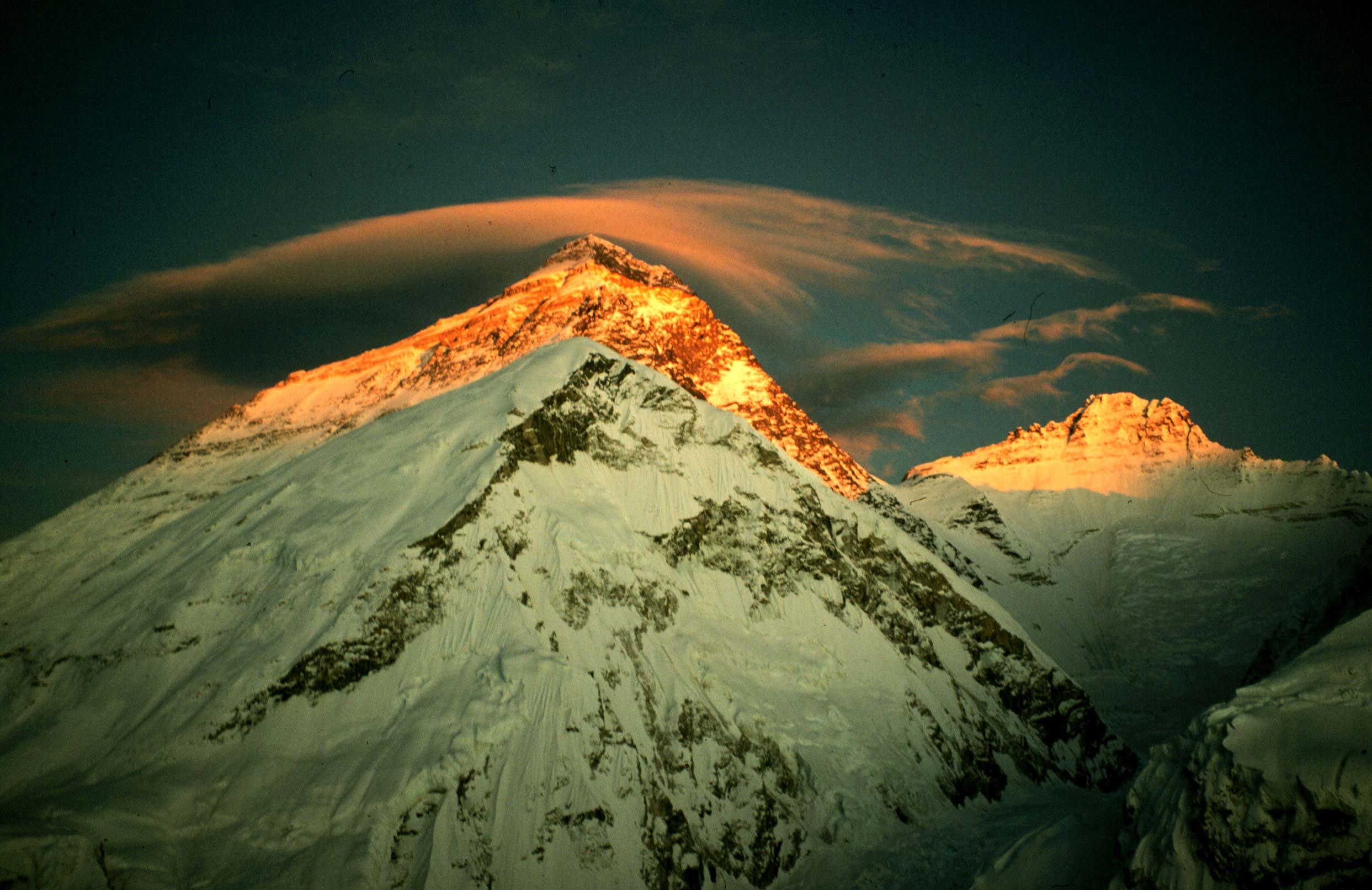 Conmemoran los 80 años del primer vuelo sobre el monte Everest