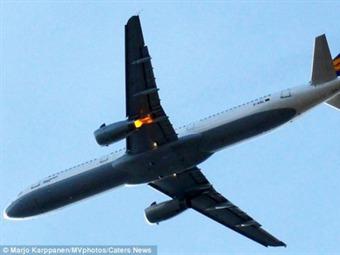 Motor de un avión se incendió en el aire