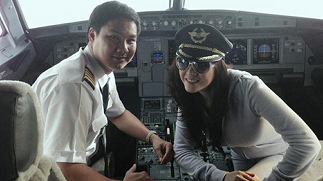 Piloto fue multado por posar con actriz en la cabina del avión durante el vuelo