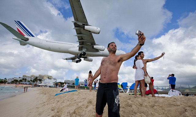 Maho Beach, la playa donde los aviones te rozan la cabeza