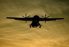 Avión hélices atardecer