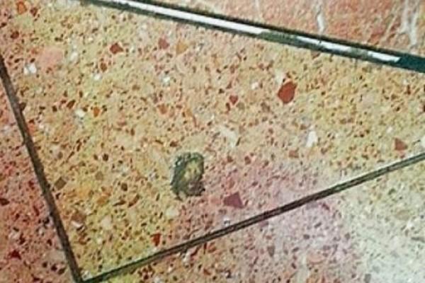 Aparece la cara de Jesús en una baldosa de un aeropuerto