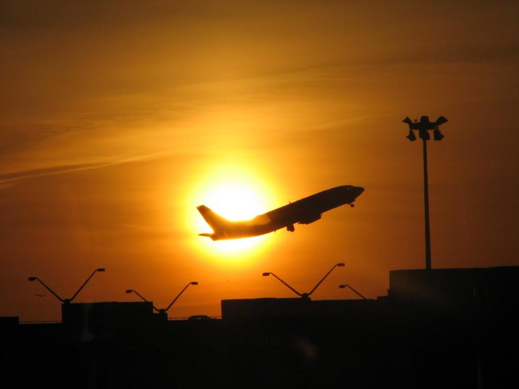 avión frente a sol