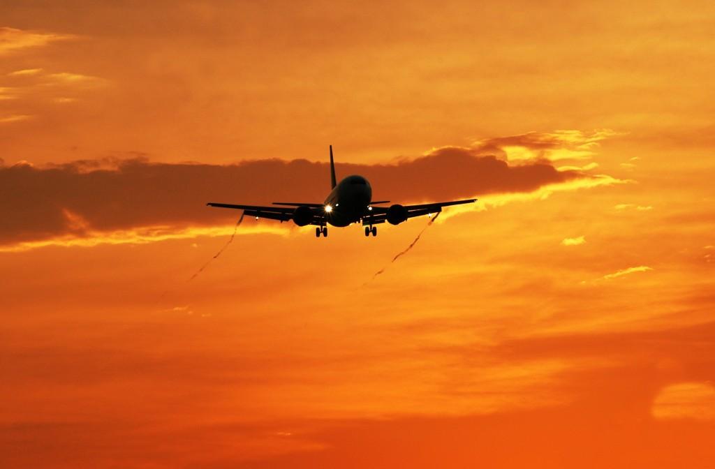 llegada avión atardecer