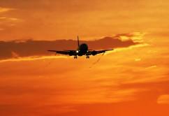 llegada_avión_atardecer