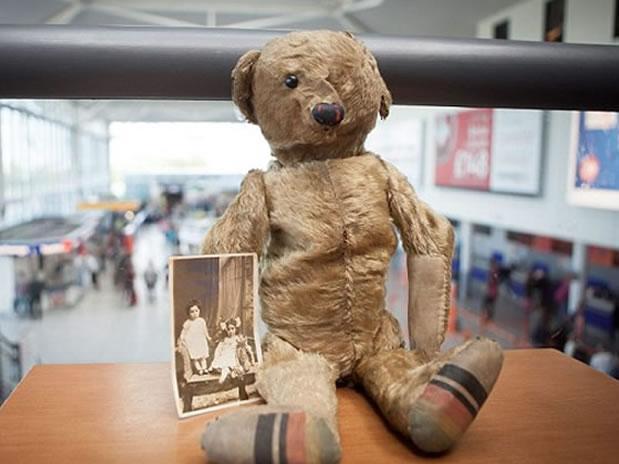 Aeropuerto británico busca propietario de oso de peluche casi centenario