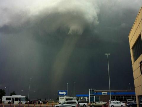 El video de un avión esquivando tres tornados antes de aterrizar causa conmoción en redes sociales