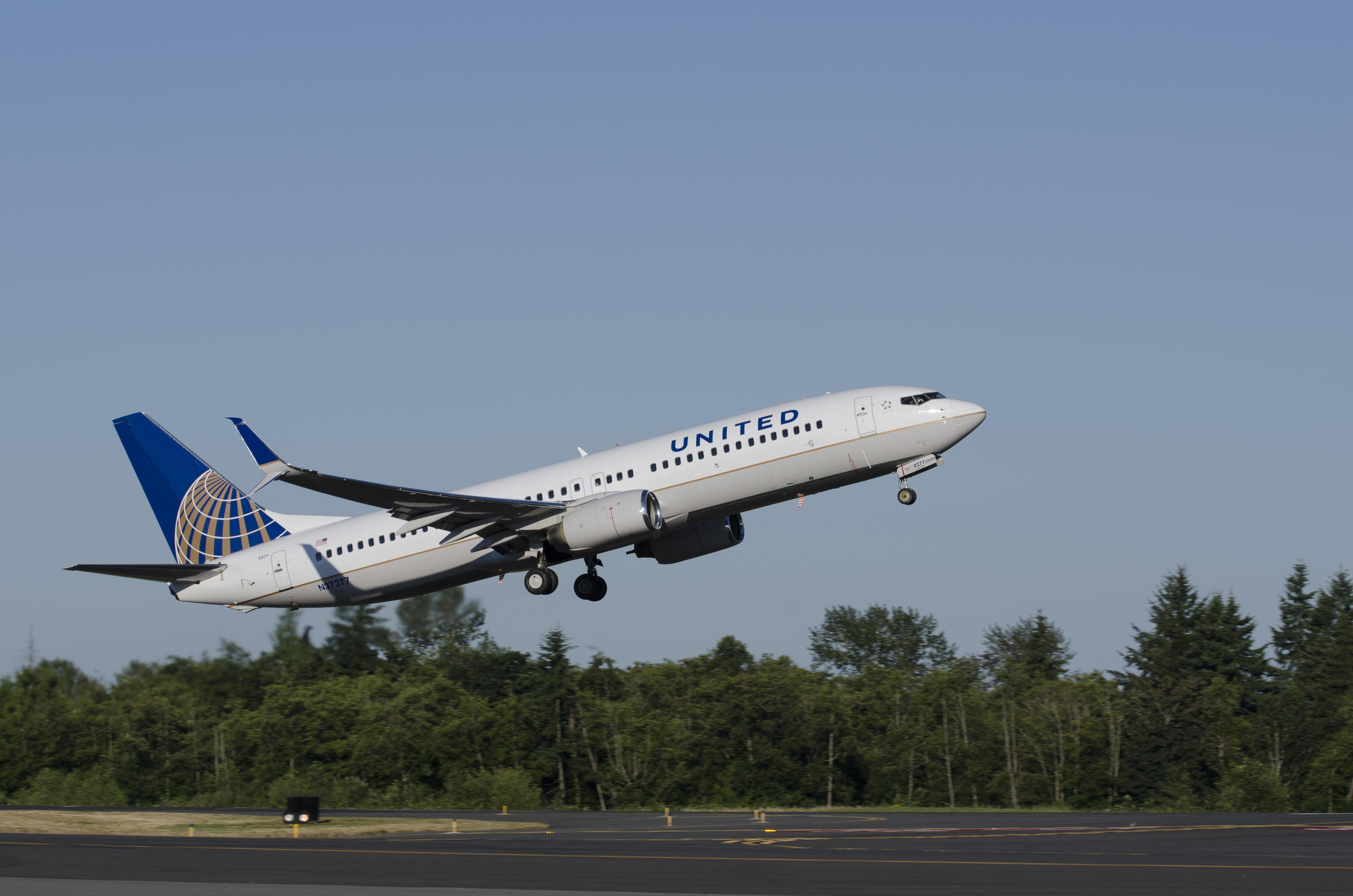 United Airlines, Primera en Instalar Alerones  Divididos Scimitar