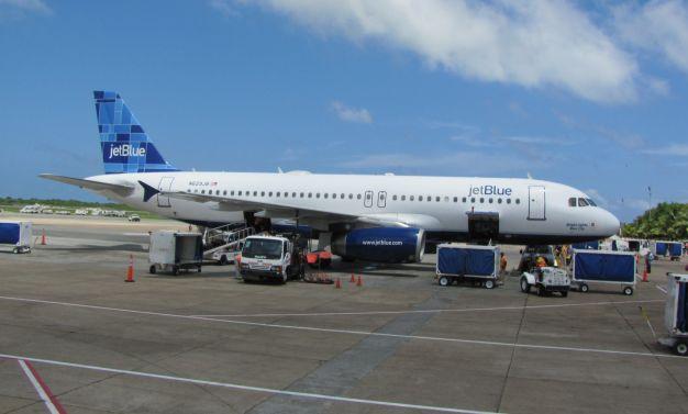 JetBlue traffic rises but revenue measure is flat