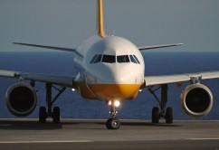 avión de frente amarillo