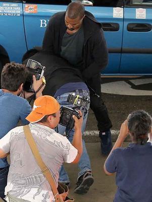 Kanye West golpea a fotógrafo en aeropuerto de Los Ángeles