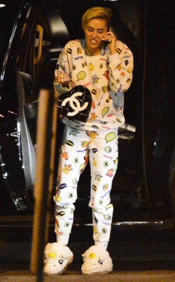 Miley Cyrus se pasea en pijama en aeropuerto