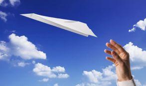 El avión de papel más grande del mundo voló sobre Arizona