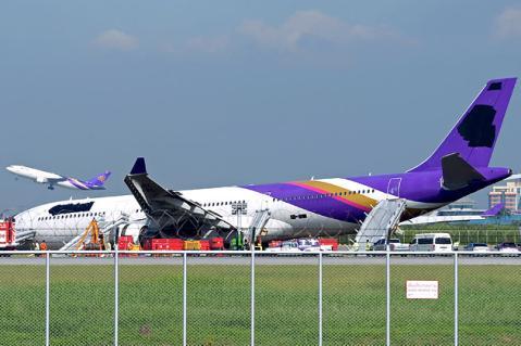 Tras un aterrizaje aparatoso una aerolínea oculta el logo de la compañía con pintura negra