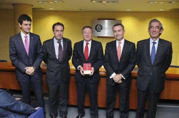 Conceden las 'Alas de Plata' al exdirector del Aeropuerto de Bilbao Jesús Garay
