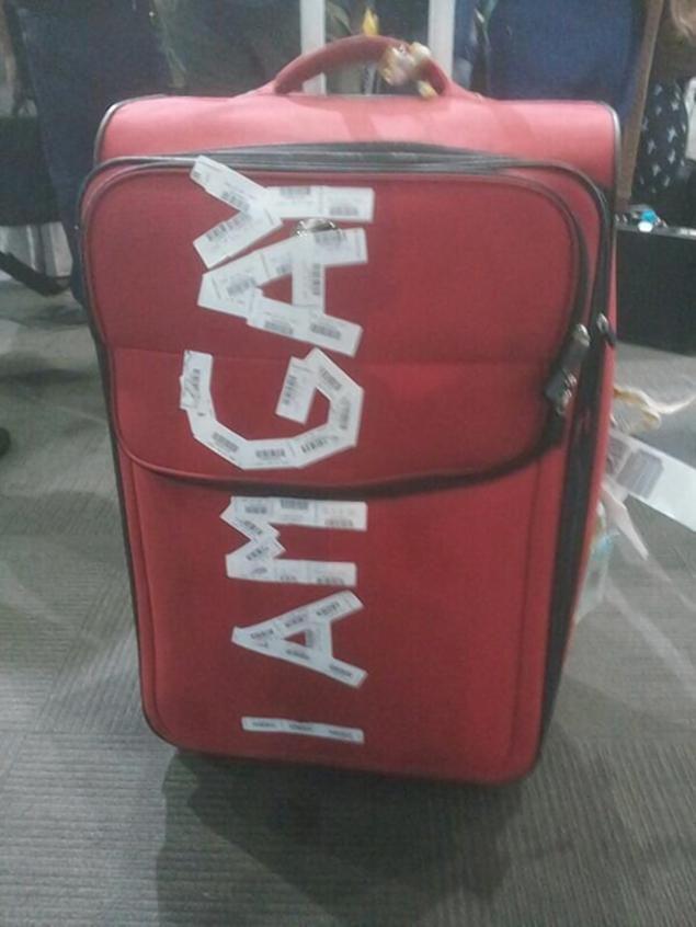 Empleados del aeropuerto le escriben 'SOY GAY' en la maleta de un hombre y su denuncia incendia Twitter