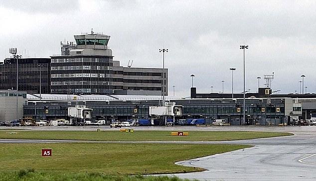 Hombre se baja borracho y desnudo de un avión antes de ser arrestado