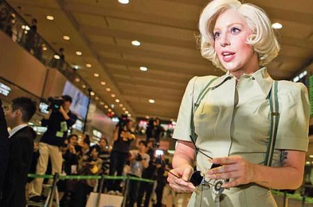 Lady Gaga causa locura en aeropuerto