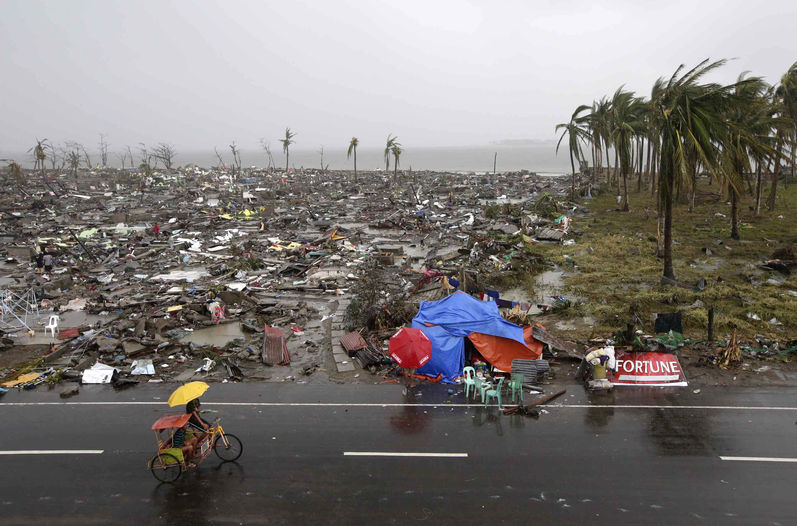 El aeropuerto, vía de escape para los supervivientes del tifón que arrasó Taclobán