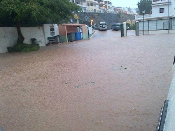 Interviene el camión de bomberos del Aeropuerto para poder achicar el agua en el exterior del colegio de Playa de Santiago