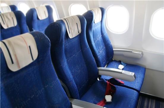Los mejores asientos y posturas para dormir bien en un avión
