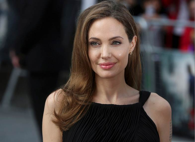 Angelina Jolie sorprendió con desconocida faceta: Aterrizó un avión