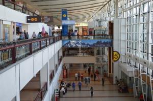 """Chile: Identifican """"nudos críticos"""" del aeropuerto: esperas en Inmigración y acoso de taxistas"""