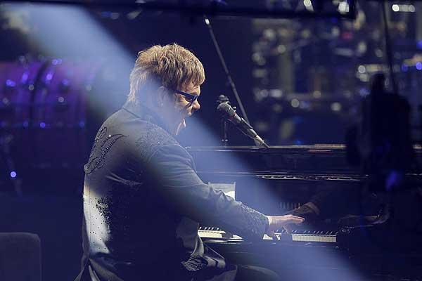 Elton John pide avión especial para trasladar únicamente a su piano