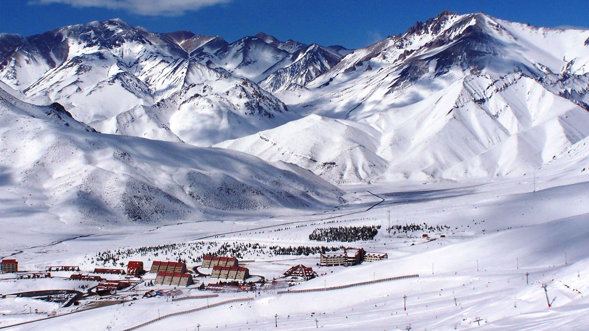 Esquí, un bar de hielo y hasta buceo: experiencias para vivir el invierno en Bariloche