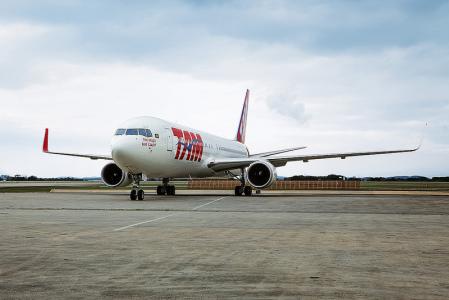 Brasileña TAM ve decisión por aviones regionales para marzo
