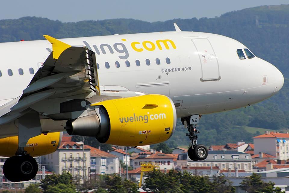 Auxiliares de vuelo de Vueling en huelga en el aeropuerto de París Orly