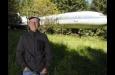La increíble historia del hombre que vive en un avión en medio del bosque