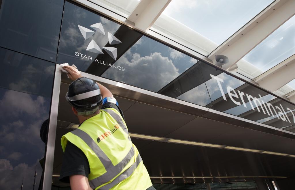 La Reina Elizabeth ii inaugura formalmente la terminal 2 de Heathrow: La terminal de la Reina Nuevo hogar de Star Alliance en Heathrow