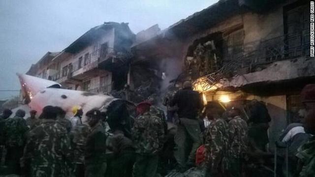 Avión de carga impacta contra un edificio en Kenia tras despegar
