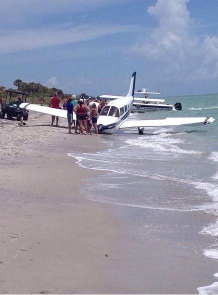 Hombre falleció al ser impactado por avioneta en playa de EE.UU.