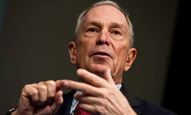 Multimillonario estadounidense Michael Bloomberg viaja en avión a Israel para desafiar suspensión de vuelos