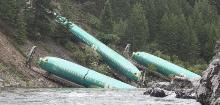 Fuselaje de tres aviones caen a río y complican a equipo de rescate