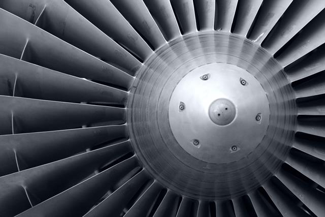 Para viajar tranquilo: arreglan la turbina de un avión con cinta adhesiva