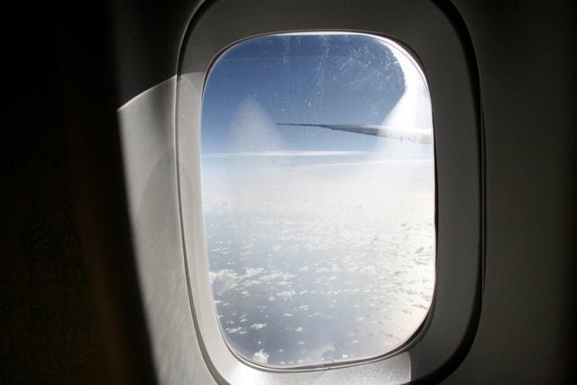Descubre qué es el hoyito de las ventanas de los aviones