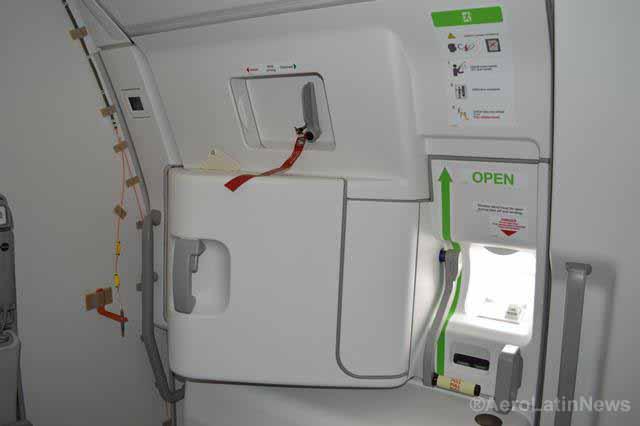 Una puerta abierta obliga a un avión a aterrizar de emergencia