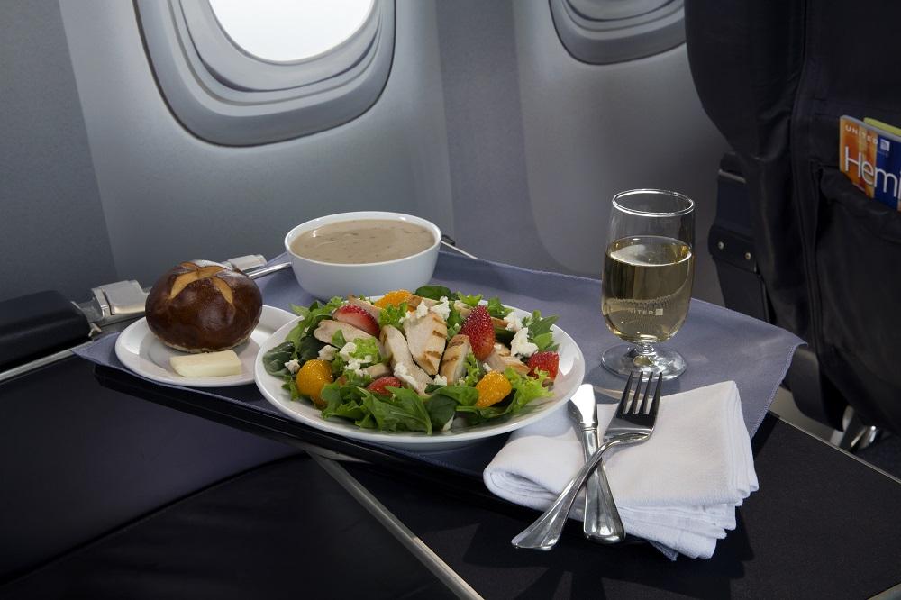 United Airlines hace inversiones nuevas e importantes en su servicio de alimentos y bebidas a bordo