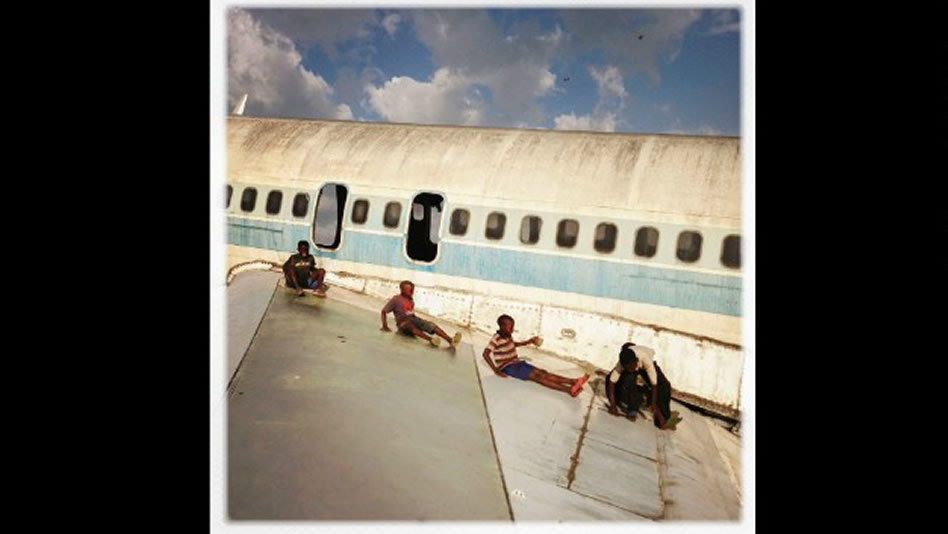 Niños de Congo juegan con ser pilotos en un aeropuerto abandonado