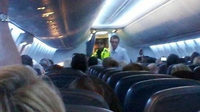 Mujer usa su pierna ortopédica para atacar a la tripulación de un avión enm pleno vuelo