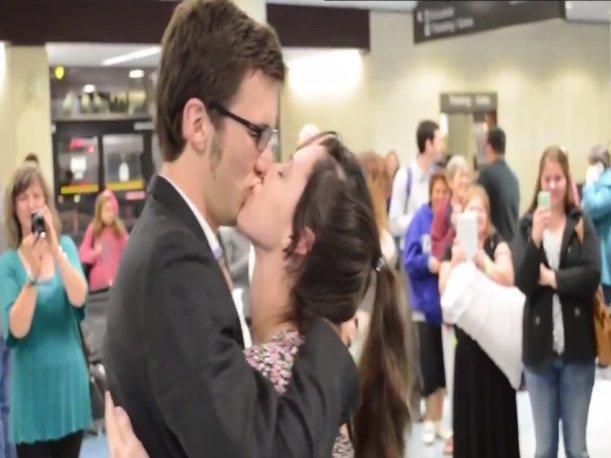 Romántica propuesta de matrimonio en el aeropuerto