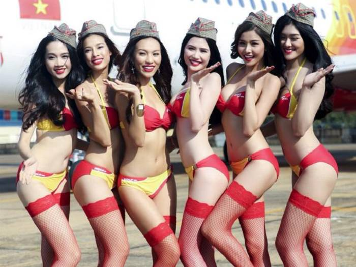 Azafatas en bikini elevan las ventas de vuelos por las nubes