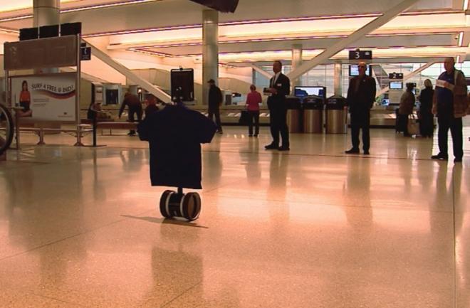 Un robot con cabeza de iPad atiende a los pasajeros en un aeropuerto